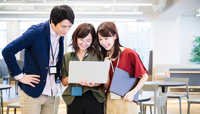 フリーアドレス制を導入している企業。部署間のコミュニケーションが活性化され、新しいコラボレーションを生み出すことができる
